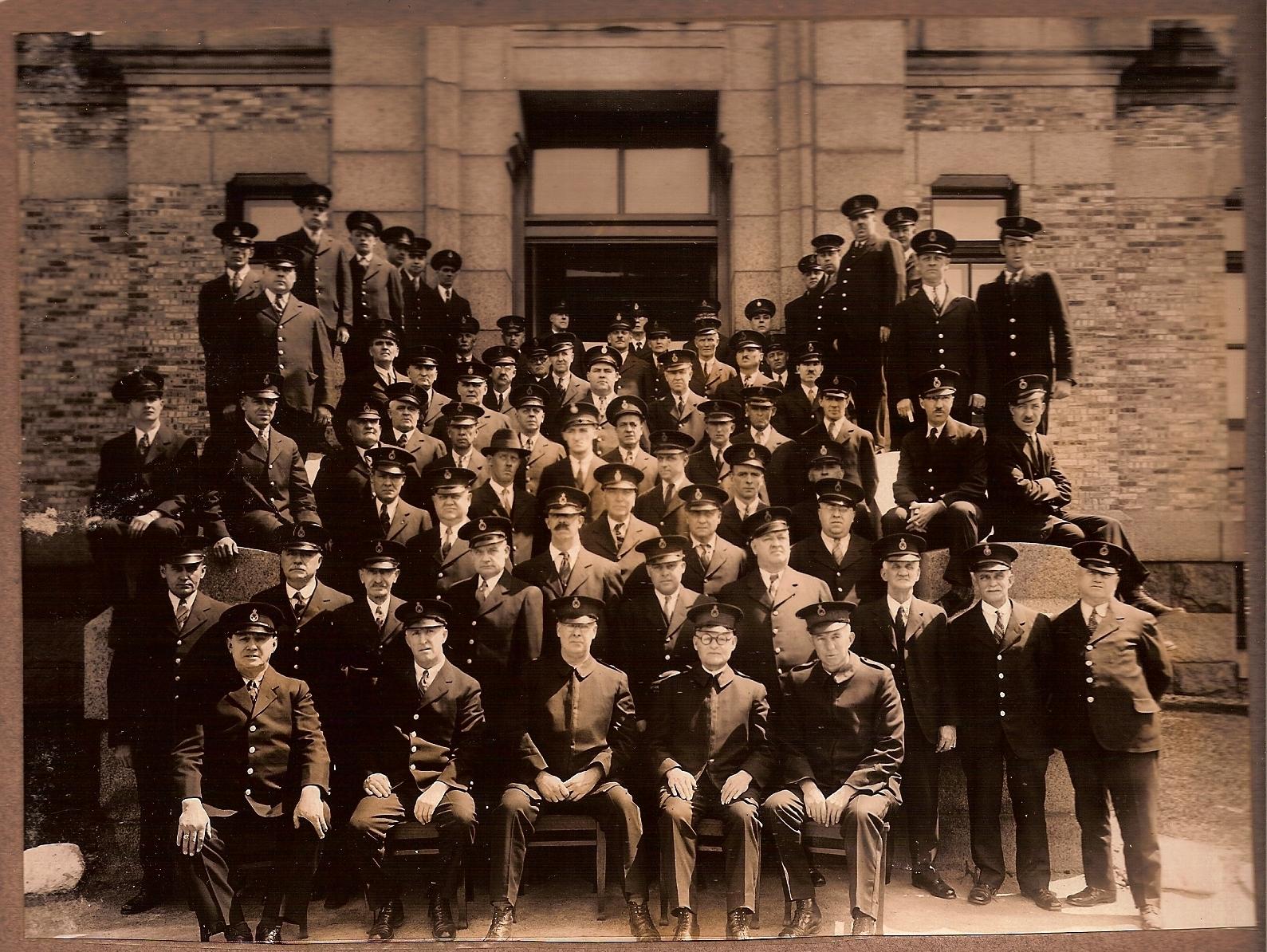 Membres du personnel devant le bâtiment d'administration de l'établissement de détention de Montréal en 1933