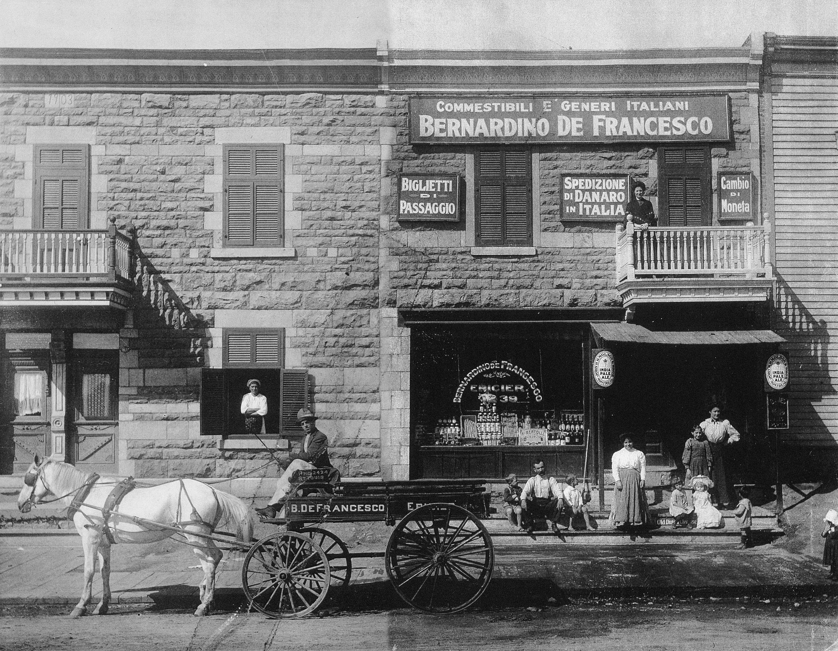Épicerie italienne sur la rue Saint-Zotique, avec une voiture à cheval devant.