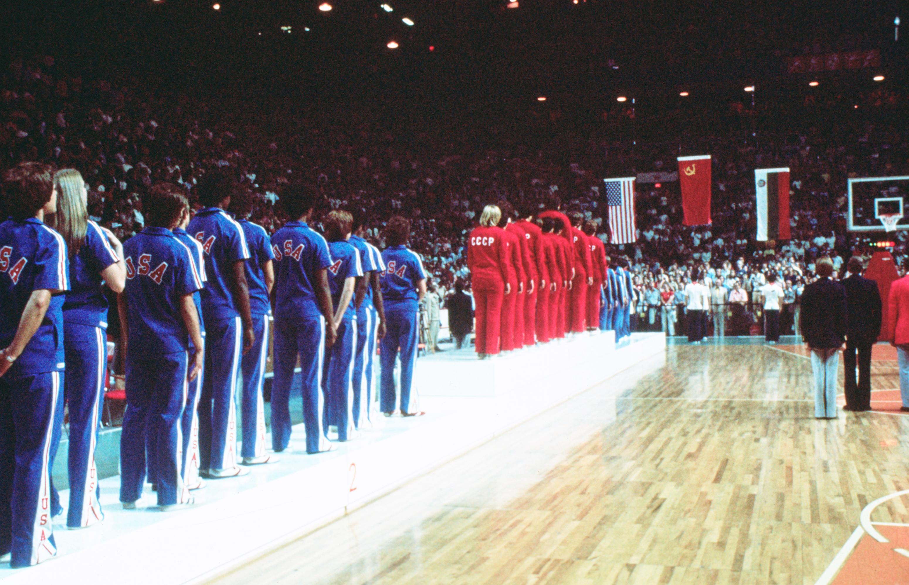 Photographie d'athlètes en file pour recevoir les médailles. À l'avant-plan, l'équipe américaine.