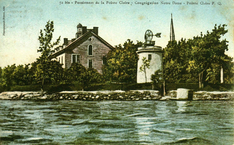 Cette carte postale colorisée montre le moulin de la Pointe-Claire, le couvent des sœurs de la congrégation de Notre-Dame et le clocher de l'église Saint-Joachim en 1906.