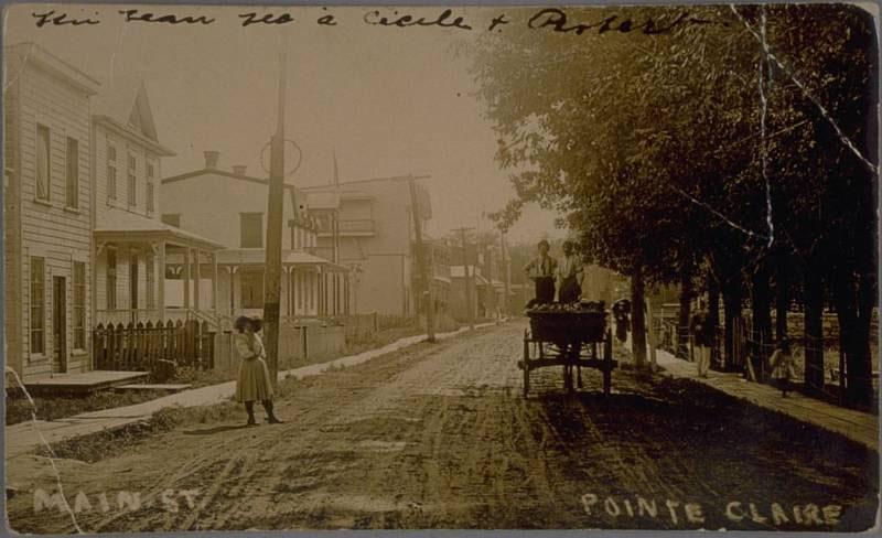 Rue de Pointe-Claire au début du XXe siècle avec une des maisons à gauche, la rue au centre et des arbres à droite.