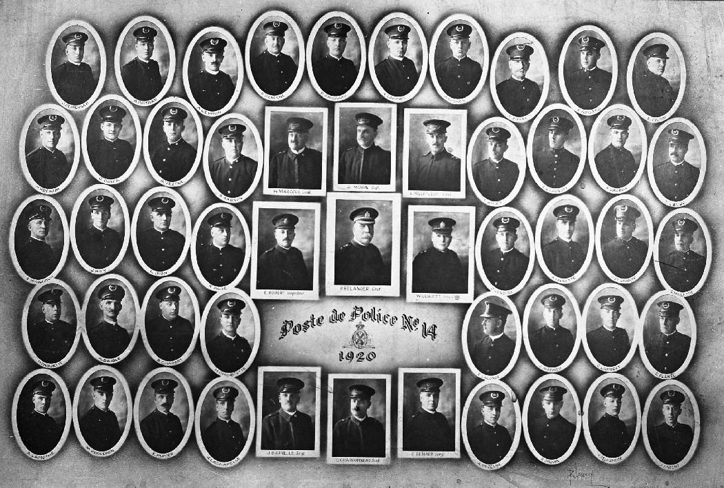 Mosaïque en noir et blanc de plusieurs photographies de policiers en uniforme. Les cases du centre sont rectangulaires alors que celles placées autour sont en forme de médaillon.