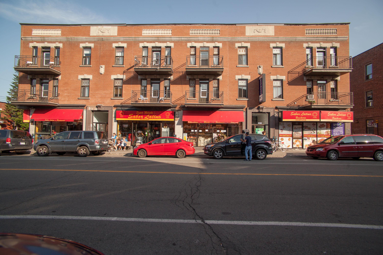 Façade du Sabor Latino. On voit plusieurs voitures stationnées et des gens devant.