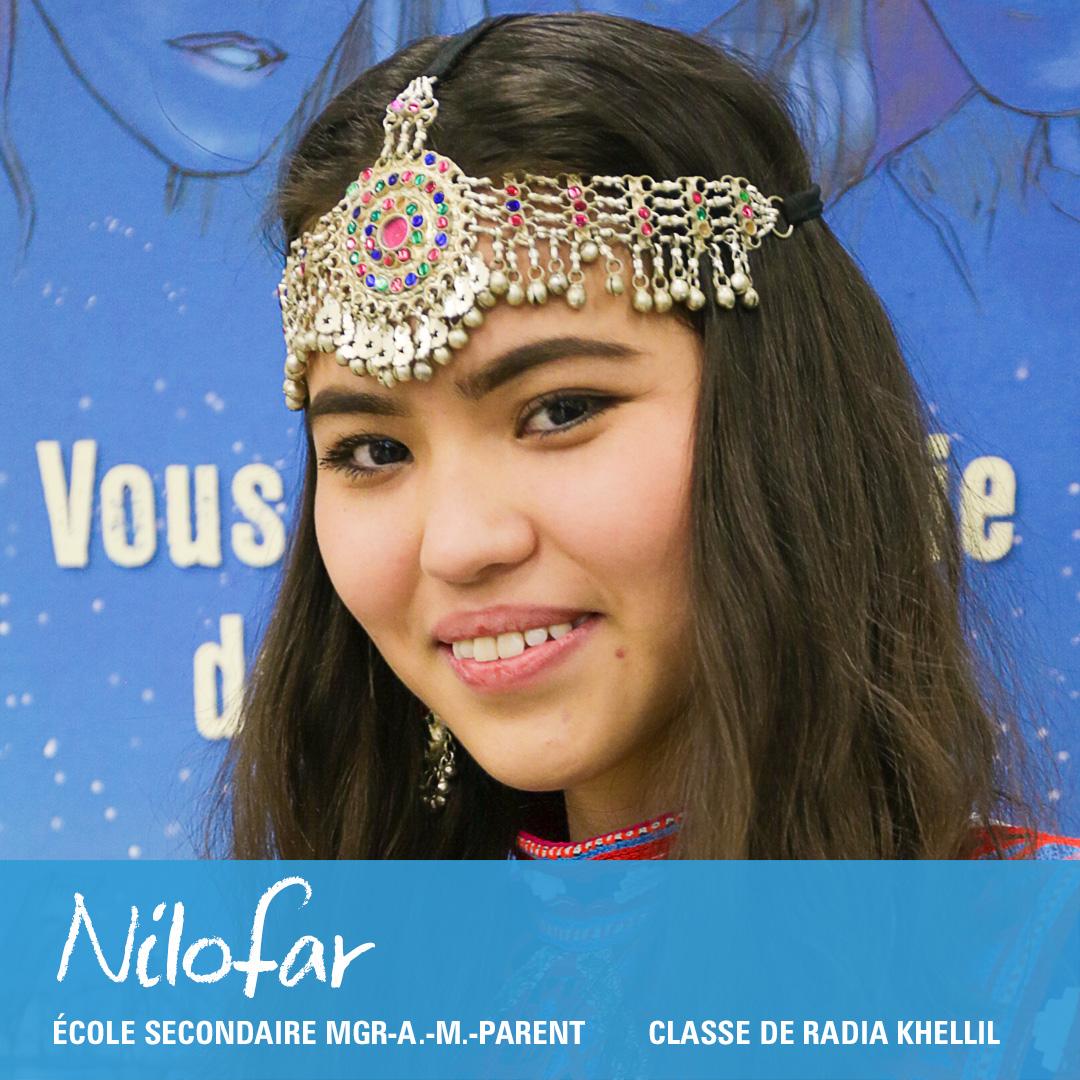 Photo en gros plan du visage souriant d'une élève qui porte un bandeau-bijou sur le front.