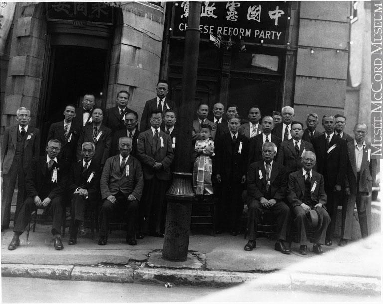 Groupe d'hommes chinois réunis devant le siège social du Parti réformiste chinois au 1006, rue Saint-Urbain.