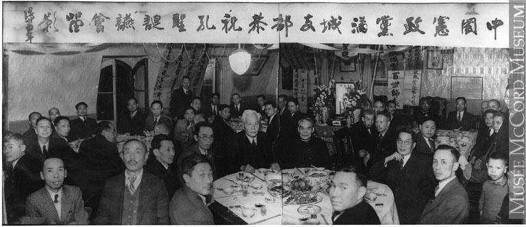 Groupe d'hommes chinois du Parti réformiste chinois assemblés à l'occasion d'un souper.