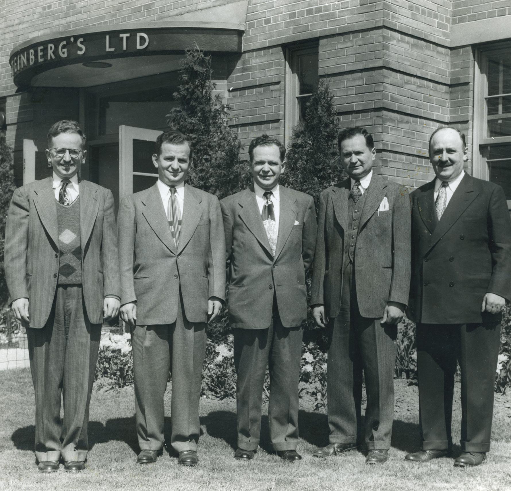 Nathan Steinberg, Jack Steinberg, Sam Steinberg, Max Steinberg et Morris Steinberg réunis devant le siège social de l'entreprise familiale à Montréal.