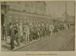 Passagers attendant le départ d'un train à la gare Dalhousie en 1898