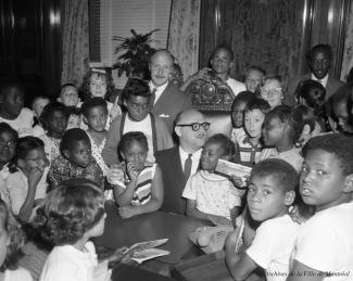 Jean Drapeau avec des enfants du Negro Community Centre.