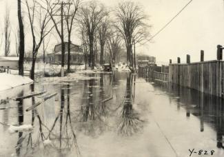 Cette photographie d'Harry Sutcliffe montre l'inondation du 12 décembre 1932 sur le boulevard des Prairies (vers l'est) à Laval-des-Rapides.
