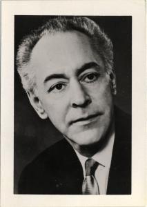 Photo en noir et blanc, en gros plan, d'un homme d'environ 60 ans.