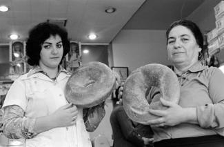 Deux femmes tenant de grandes pâtisseries