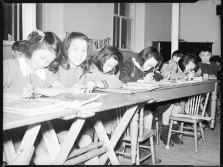 Élèves de la Chinese Presbyterian Church School en train d'écrire