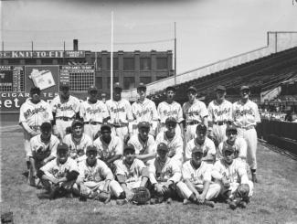 Photo de l'équipe des Royaux de Montréal de 1948 au stade Delorimier. Jackie Robinson apparaît au centre gauche de la photo.
