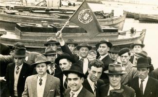 un groupe d'émigrants açoriens au port de Ponta Delgada à São Miguel avant le départ du bateau à destination d'Halifax