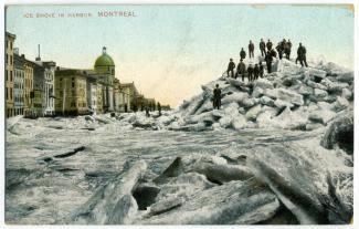 Carte postale d'un embâcle dans le port. Des hommes sont sur l'embâcle.