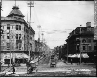 La rue Saint-Laurent à l'angle de la rue Craig.