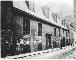 Photo noir et blanc montrant une maison sur la rue Saint-Jean-Baptiste