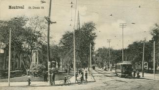 Scène de rue, avec deux jeunes cyclistes et un tramway.