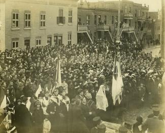 En 1917, lors de la bénédiction de l'église paroissiale Saint-Michel, les fidèles se réunissent devant l'église, rue D'Iberville.