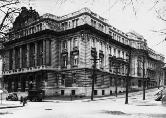 L'École des hautes études commerciales de Montréal sur la rue Viger, au coin de Saint-Hubert.