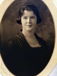 Photo de format ovale montrant une jeune fille en plan buste.