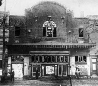 Façade du Laurier Palace, après l'incendie en 1927.