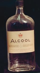 Bouteille de verre transparent avec une étiquette portant le logo de la Commission des liqueurs.