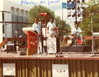 Trois musiciens sur une scène extérieure à Expo 67 en été