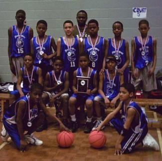 L'équipe mini AAA médaillée d'argent pose fièrement en 2004