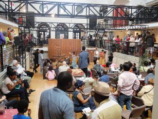 Événement regroupant plusieurs personnes à l'intérieur de l'Écomusée du fier monde lors des 10e Journées africaines.