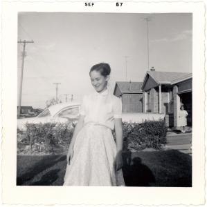 Photo noir et blanc d'une jeune fille devant la maison familiale