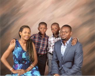Photo d'une famille de quatre personnes : la mère, les deux garçons et le père.