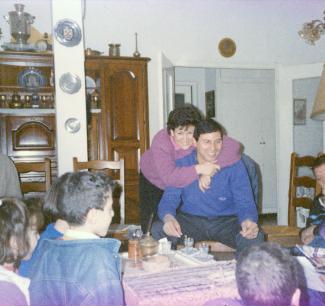 Une femme étreint un homme lors d'une réunion familiale.