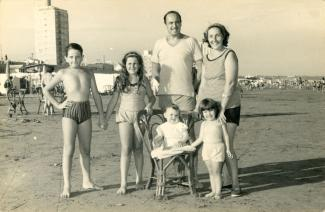 Une famille sur une plage.