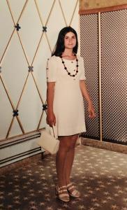 Femme avec une robe blanche.