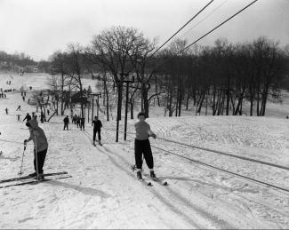 Skieurs se faisant tirer par le remonte-pente sur le mont Royal