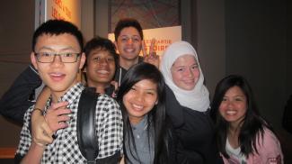 Six élèves de niveau secondaire en visite au Centre d'histoire de Montréal