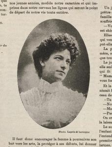 Photo en médaillon d'une jeune femme dans la page d'une revue.
