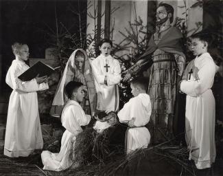 Cinq Petits Chanteurs du Mont-Royal chantent dans une crèche à l'intérieur de l'Oratoire Saint-Joseph, 1957.