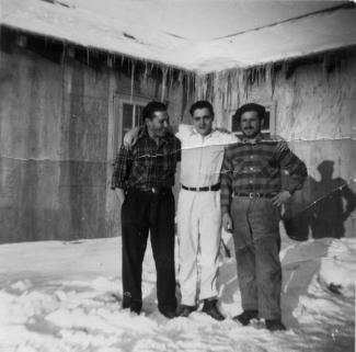 Trois amis portugais dans un camp forestier à l'hiver 1953.