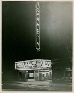Un théâtre est illuminé. Sur la marquise, un spectacle de Lili St-Cyr est annoncé.
