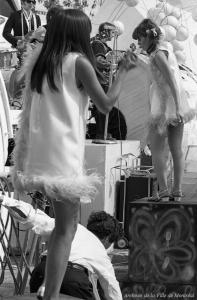 Jeunes femmes qui dansent devant le groupe rock les Sinners au pavillon de la jeunesse