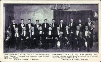 Carte postale montrant deux rangées de musiciens. On peut lire « Orchestre de radio de la brasserie Dow irradiant chaque mardi, jeudi et samedi par l'intermédiaire des postes CFCF et CKAC.
