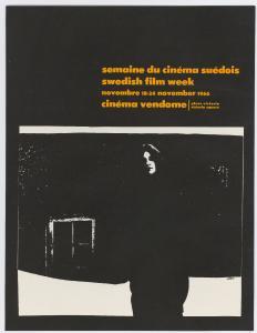 Affiche de couleur noire de la semaine du cinéma suédois en 1966. Dans le bas de l'affiche, il y a la photo d'une femme devant une maison.