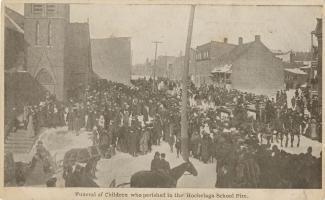 Carte postale en noir et blanc montrant une foule à l'extérieur d'une église assistant à des funérailles.
