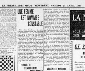 Article de journal en noir et blanc avec un gros titre sur trois lignes.