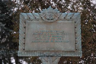 """Plaque commémorative sur laquelle on peut lire \""""Le fief de Senneville, concédé le 19 janvier 1672 à M. Du Gué de Boisbriant, passa le 20 juin 1679 à Jacques Le Ber de Senneville"""