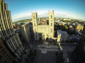 Vue aérienne de la basilique Notre-Dame et de la place d'Armes.
