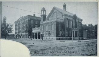 Photographie ancienne de deux édifices connexes.